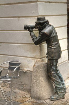 statue of photographer