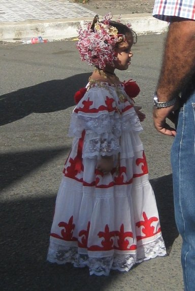 A young pollera wearer